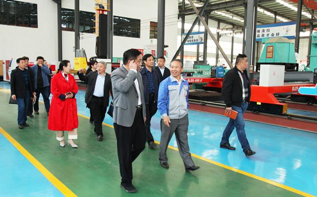 张乃成局长与企业家们参观布洛尔展厅
