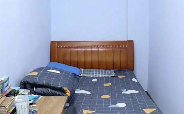 经过改造的房间崭新整洁,洁白的墙面、崭新的床铺和书桌...